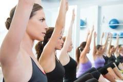 Groupe aérobie de femmes de Pilates avec la bille de stabilité Images libres de droits