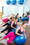 Groupe aérobie de femmes de Pilates avec la bille de stabilité Photos libres de droits