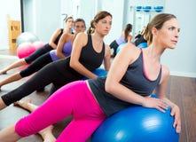 Groupe aérobie de femmes de Pilates avec la bille de stabilité Photographie stock