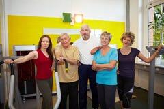 Groupe aîné de gens en gymnastique Photo libre de droits