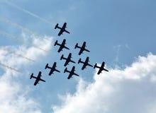 Groupe acrobatique aérien sur le fond des nuages blancs Images stock