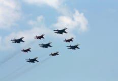 Groupe acrobatique aérien sur le fond des nuages blancs Photo stock