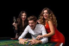 Groupe adulte célébrant l'ami gagnant à la roulette Image libre de droits