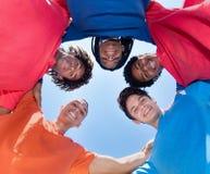 Groupe adultes masculins de métis de jeunes en cercle Image libre de droits