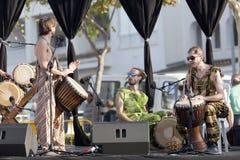 Groupe africain de musique exécutant chez Ecoaltea image stock