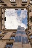 Groupe architectural Vers le haut de la vue de la cour intérieure d'un bâtiment et du ciel nuageux Murs ext?rieurs photos libres de droits