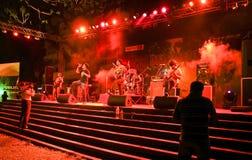 Groupe-Ashwamedh de roche de Hindi exécutant sur l'étape. image stock