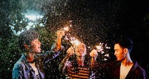 Groupe asiatique d'amis ayant le barbecue extérieur de jardin riant W Photographie stock libre de droits