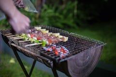 Groupe asiatique d'amis ayant le barbecue extérieur de jardin riant W Photo stock