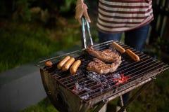 Groupe asiatique d'amis ayant le barbecue extérieur de jardin riant W Photos libres de droits