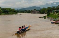 Groupe asiatique de boattrip dans le vangvieng Laos photos stock
