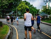 Groupe asiatique de coureur pulsant dans la ville Central Park photos stock
