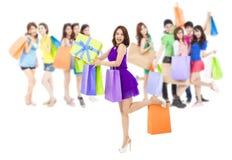 Groupe asiatique de femmes d'achats tenant des sacs de couleur D'isolement sur le blanc Photos stock