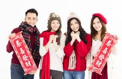 Groupe asiatique montrant des couplets de festival de printemps Image libre de droits