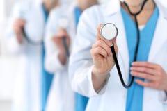 Groupe av medicindoktorer rymmer den head closeupen för stetoskopet Läkare som är klara att undersöka och hjälpa patienten Medici fotografering för bildbyråer