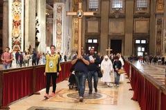 Groupe av vallfärdar besöker den St Peter basilikan, Vatican City, Rome, Italien Royaltyfri Foto