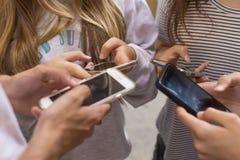 Groupe avec des téléphones portables Photographie stock