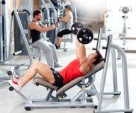 Groupe avec le matériel de formation de poids sur la gymnastique de sport Photographie stock