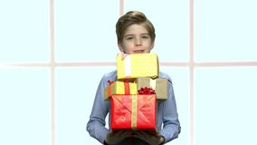 Groupe beau de participation de garçon de boîte-cadeau banque de vidéos