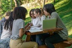 Groupe concentré de jeunes étudiants Photo stock