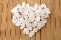 Groupe cristallin de sucre dans la forme de coeur photos stock
