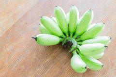 Groupe cru de banane sur la table en bois Image libre de droits