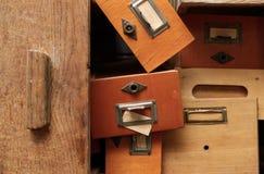 Groupe désordonné de tiroirs en bois photographie stock libre de droits