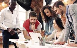 Groupe d'échange d'idées créatif du travailleur cinq ensemble dans le bureau, nouveau style d'espace de travail, scène heureuse d Images stock