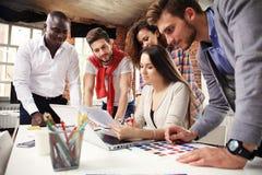 Groupe d'échange d'idées créatif du travailleur cinq ensemble dans le bureau, nouveau style d'espace de travail, scène heureuse d Photographie stock libre de droits
