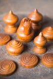 Groupe d'échecs en bois thaïlandais antiques Photos libres de droits
