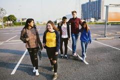 Groupe d'école d'amis de mode de vie dehors Images stock