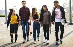 Groupe d'école d'amis de mode de vie dehors Photo stock