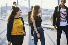 Groupe d'école d'amis de mode de vie dehors Photos libres de droits