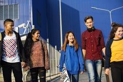 Groupe d'école d'amis de mode de vie dehors Photo libre de droits