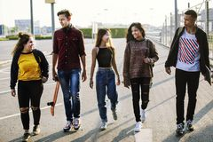 Groupe d'école d'amis de mode de vie dehors Images libres de droits