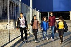 Groupe d'école d'amis de mode de vie dehors Photographie stock
