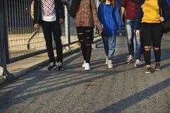 Groupe d'école d'amis de mode de vie dehors Image stock