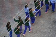 Groupe d'écolières indiennes alignées dans les paires Vue à partir de dessus photographie stock libre de droits