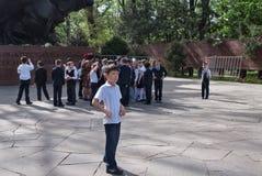 Groupe d'écoliers en parc des gardes 28-Panfilov's almaty Image libre de droits