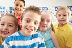 Groupe d'écoliers primaires dans la salle de classe Photographie stock