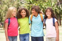 Groupe d'écoliers restant en stationnement Photo libre de droits