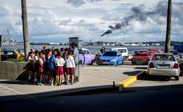 Groupe d'écoliers sur une excursion dans la ville Images libres de droits