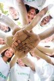 Groupe d'écologistes empilant des mains Photo stock