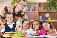 Groupe d'élèves dans la salle de classe avec le professeur Photographie stock