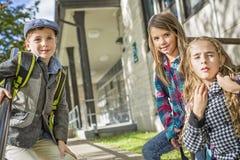 Groupe d'élèves primaires en dehors de salle de classe Image libre de droits