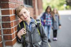 Groupe d'élèves primaires en dehors de salle de classe Photographie stock libre de droits
