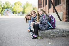 Groupe d'élèves primaires en dehors de salle de classe Photos libres de droits