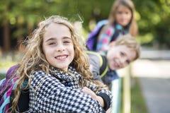 Groupe d'élèves primaires en dehors de salle de classe Photo stock
