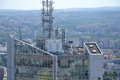 Groupe d'émetteurs et d'antennes sur le gratte-ciel Photographie stock libre de droits