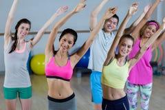 Groupe d'équipe de forme physique posant avec des bras dans le studio de forme physique Photo libre de droits